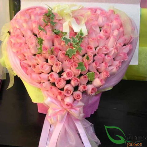 Heart by pink roses in Saigon flower shop