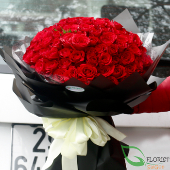 Buying 99 red roses bouquet in Saigon