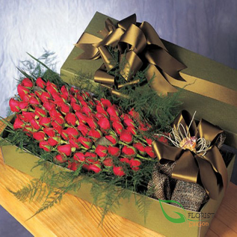 Boxed arrangement of 100 red roses