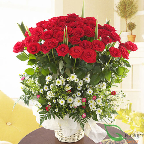 Red roses arrangement for Christmas