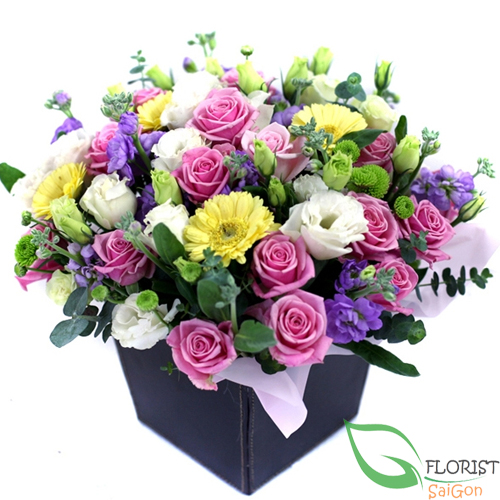 Mixed flower arrangement for table